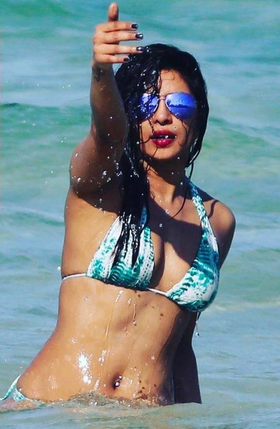 Priyanka Chopra_015_Baywatch Bikini