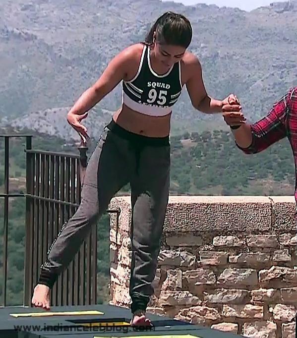 Hina Khan_Hindi TV Actress_01_Reality game show navel pics
