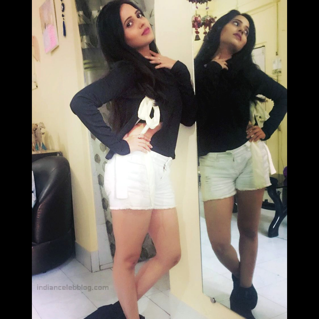 Roshni rastogi hindi tv actress CelebTS1 4 hot pic in shorts